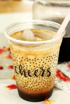 Mandel-Honig-Eiskaffee, vegan und mit wenig Kalorien. Mehr Rezepte mit Cold Brew gibt es auf dem Blog!