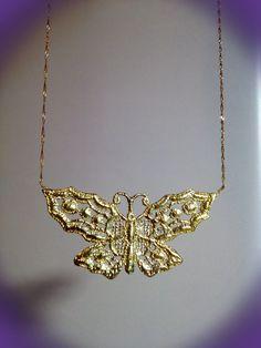 """""""A cor é que tem cor nas asas da borboleta,  No movimento da borboleta o movimento é que se move"""" Fernando Pessoa #jewelry #gold"""