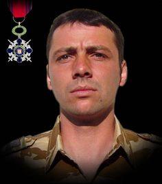 """Sublocotenentul (pm) Dragoş Traian Alexandrescu 31 august 2008  Sublocotenentul (pm) Dragos Traian Alexandrescu si-a pierdut viata în Afganistan, în timpul unei misiuni de patrulare pe Autostrada A1 (Qalat-Kabul). Transportorul amfibiu blindat, în care se afla, a trecut peste un dispozitiv improvizat. A fost decorat cu Ordinul National """"Steaua României"""" în grad de Cavaler, cu însemn de razboi."""