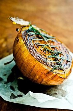 Onion Brulee: Cut the onion in half and melt a small amount of butter in a skillet over medium heat. Add the onion, cut side down, and let it cook until the surface caramelizes, minutes. Onion Recipes, Vegetable Recipes, Vegetarian Recipes, Cooking Recipes, Healthy Recipes, Vegetarian Breakfast, Drink Recipes, Cooking Tips, Breakfast Recipes