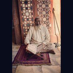 Este maestro musulman bendijo a @laragartija en la mezquita de Fatehpur Sikri. Un lugar muy especial e impresionante que se ha convertido en nuestro favorito de momento en este pais.  ____________________________________  This musslim guru blessed @laragartija in the mosque of Fatehpur Sikri a very special and amazing place that has became our favoure so far in this country. by desinquietas