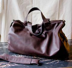 Weekender z brązowej skóry z podszewką, kieszonkami i dopinanym paskiem. #MansFashion  #mansBag #bag #weekenderBag #leatherWeekender