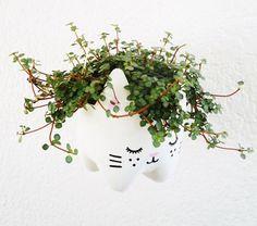 Spara en tom PET-flaska och skapa en söt och praktiskt kruka! Häng upp blommor eller växter i den eller ge bort so men gåva. Perfekt!