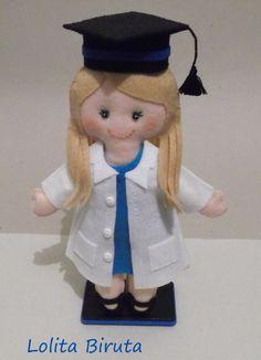 Boneca de feltro com chapéu de beca