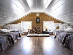 HERLIG HEMS: Et ønske om to senger på hver side resulterte i en romslig hems… Attic Bedroom Small, Attic Bedroom Designs, Attic Bedrooms, Ocean House, Beach House, Building A Cabin, Cosy House, Mountain Cottage, Cottage Interiors