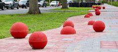 Ze zijn er inmiddels allemaal: alle jollebollen op het zogenaamde speellint van de Acacialaan in Pijnacker-Noord. Wethouder Ilona Jense plaatste begin deze maand samen met vertegenwoordigers van de wijkvereniging de eerste, als officiële afsluiting van de herinrichting van Noord, maar na die eerste moesten er nog een stuk of zestig komen. Seeds