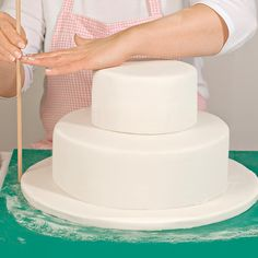 Wir zeigen bebildert Schritt für Schritt wie man eine mehrstöckige Hochzeitstorte übereinander stapeln kann und verraten hilfreiche Praxistipps. Vanilla Cake, Desserts, Step, Food, Muffins, Tutorials, Pastries, Cake Wedding, Gold Weddings