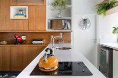 Apartamento pequeno com decoração moderna, decoração branca, integrada, iluminação natural, cozinha, móvel de madeira.