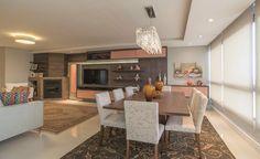 Na cultura italiana, trazida para a Serra Gaúcha, a cozinha sempre foi o local de encontro da família. Por isso, a arquiteta Cenira Mazzotti projetou uma forma de integrá-la com o living, enfatizando ainda mais a importância do jantar como o momento de união e encontro da família.