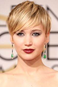 Jennifer Lawrence has never shied away from beachy waves, blonde hair, dramatic pixie cuts, or sultry smoked-out eyes. Law's best hair and makeup moments from the red carpet. Short Hair Cuts, Short Hair Styles, Pixie Cuts, Pixie Haircut Styles, Short Pixie Haircuts, Jennifer Lawrence Short Hair, Jennifer Lawrence 2014, Pixie Hairstyles, Cool Hairstyles