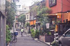 Balade à Kagurazaka Encore un quartier de Tokyo assez joli à découvrir : Kagurazaka. Daprès ce que jai lu, cest là que lon trouve le plus deuropéens, notamment de français à Tokyo! Vu le nombre de restaurants français et italiens, je veux bien le croire. Cest assez amusant de croiser une Brasserie St Martin ou une fromagerie Alpage =D Cest un coin très intéressant à découvrir si on séjourne uniquement à Tokyo je pense, mais si comme nous vous allez à Kyoto, vous découvrirez cette amb