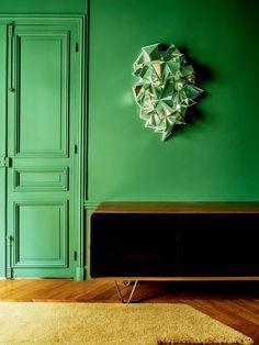 Sans 90 degré / Miroir froissé, 2008 Mirror, wooden base, 90 × 65 × 22 cm / by Mathias Kiss ? Cf. https://www.artsy.net/artist/mathias-kiss