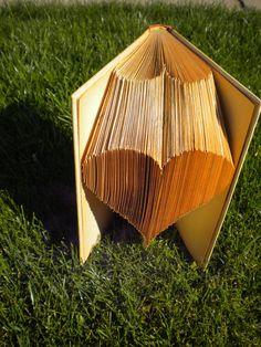 Gyönyörű szív alakú hajtogatott könyv - A lovely heart shape folded book art sculpture