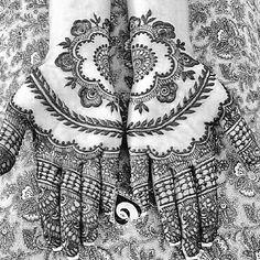 Beautiful mehndi / henna design by the Mehndi Designer, Neeta Sharma. We love how she used the negative space to create this beautiful design!   Shaadi Glam @shaadiglam Instagram photos