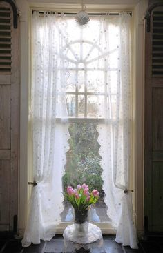 43 Ideas For Bedroom Window Dressing Shabby Chic Curtains Cortinas Shabby Chic, Baños Shabby Chic, Shabby Chic Curtains, Shabby Chic Homes, Drapes Curtains, White Curtains, Bedroom Window Dressing, Cottage Windows, Window Dressings