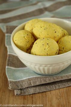 Pãozinho de mandioca, chia e polvilho, uma alternativa ao tradicional pãozinho de queijo, mas sem glúten e com um toque de orégano e curcumã.