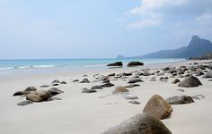 Bãi Nhát Côn Đảo là một bãi biển vốn chìm ngập trong nước và chỉ hiện ra khi thủy triều xuống mà không phải bất cứ ai khi đến Côn Đảo cũng có dịp thấy được bãi cát trắng tuyệt đẹp này.