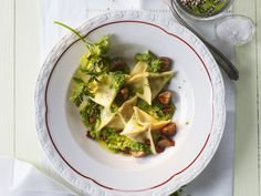 Teigtaschen mit Pesto und Esskastanien ist ein Rezept mit frischen Zutaten aus der Kategorie Pesto. Probieren Sie dieses und weitere Rezepte von EAT SMARTER!
