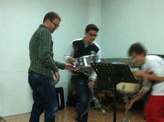 El professor Xavier Cerdà ajudant Josep i Pablo en el muntatge dels instruments (26-3-2013)