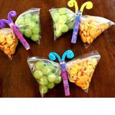 Kids could make them into Dragons this time. snack bags filled with healthy goodies, clip the middle with a painted clothes pin, add pipe cleaner antennae.cute snacks for the kids or a kids party. Johnson for preschool snacks? Cute Food, Good Food, Butterfly Snacks, Butterfly Bags, Butterfly Party, Butterfly Birthday, Simple Butterfly, Butterfly Museum, Butterfly Pavilion