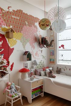 cute kid's bedroom + map wallpaper #decor #quartos #bedrooms