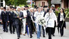 Hilversum herdenkt vliegramp 'wit en vredig' - AD.nl http://www.ad.nl/ad/nl/31544/Neergeschoten-Boeing-777/article/detail/3720118/2014/08/17/Hilversum-herdenkt-vliegramp-wit-en-vredig.dhtml