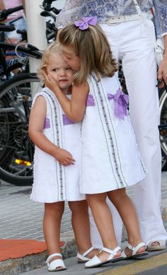 Infanta Sofia of Spain with her big sister Infanta Leonor of Spain (now Princess of Asturias). Such a sweet pic! Little Girl Fashion, Kids Fashion, Little Girl Dresses, Girls Dresses, Queen Letizia, Royal Fashion, Kind Mode, Baby Dress, Kids Outfits
