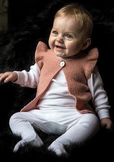 Vest Med Flæseærmer - Køb billigt her Knit Vest Pattern, Crochet Shoes Pattern, Poncho Knitting Patterns, Crochet Baby Poncho, Crochet Shawl Free, Knitting For Kids, Baby Knitting, Baby Girl Vest, Girls Poncho