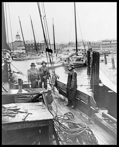 Oystermen & Fisherman @ (the docks) City Dock in Annapolis, MD... circa 1937 Model Boat Plans, Plywood Boat Plans, Annapolis Maryland, Aluminum Boat, Wood Boats, Chesapeake Bay, Small Boats, Fishing Boats, Historical Photos