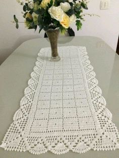 Caminho de Mesa em crochê no Elo7 | Mãos em Arte - Croche da Gi (CCC5B5) Crochet Table Mat, Crochet Table Runner Pattern, Crochet Tablecloth, Crochet Borders, Crochet Stitches, Crochet Dollies, Crochet Hats, Crochet Designs, Crochet Patterns