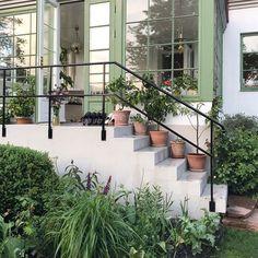 """Karin Sjölin på Instagram: """"Vilken härlig sommarkväll det blev! Här är det full fart med utplantering av sommarblommor, buxbomsklippning, vattning och omplantering 😊…"""" Outdoor Plants, Outdoor Areas, Backyard, Patio, Architecture Details, Garden Furniture, My Dream Home, Future House, Interior And Exterior"""