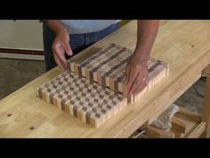 Woodworking Items That Sell, Beginner Woodworking Projects, Woodworking Techniques, Wood Shop Projects, Small Wood Projects, Wood Turning Projects, Diy Cutting Board, Wood Cutting Boards, Diy Resin Table