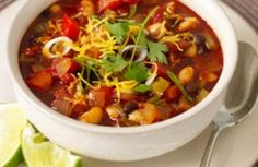 Even meat eaters like this super-simple veggie chili. Just throw the ingredients in your crock pot for about six hours and you& done! Veggie Chili, Vegetarian Chili, Vegetarian Recipes Easy, Veggie Recipes, Diet Recipes, Healthy Recipes, Eat Healthy, Quinoa Chili, Healthy Cooking