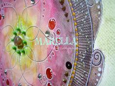 Mandala em aquarela com tons diferentes de marrom, amarelo e verde. Representa o elemento terra.  Diâmetro médio de 25cm.  Moldura branca padrão.