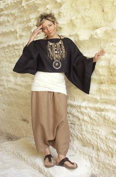 Black linen kimono-sleeved poncho over linen sarouel pants : Amalthee