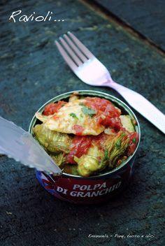 Ravioli di granchio con pomodori e fiori di zucchina