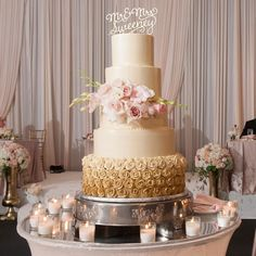 A stunning cake for a stunning wedding at the @stonegategm! For more photos of this real wedding head over to the blog link in profile.  Photography: @edwardfoxphotog; Videography: #nightowlsmedia;  Reception & Catering: @stonegategm; Bride's Gown: @bellabiancabridalcouture; Hair & Makeup: @houseofkoukla; Decor: @yannidesignstudio; Entertainment: #danhayesorchestra; Wedding Cake: @stonegategm; Invites: @carlsoncraft; Wedding Consultant: @shannongailweddings; Formalwear: @menswearhouse…