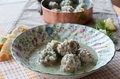 Akis traditional Greek recipe for meatballs in a yogurt sauce is truly worth trying. This dish only takes 1 hour to make and everyone is sure to love it. Akis Greek Yuvarlakia r. Meatball Recipes, Meat Recipes, Confectionery Recipe, Cooking Tips, Cooking Recipes, Yogurt Sauce, Serving Plates, Greek Recipes, Cooking