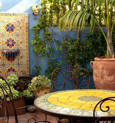 love this mexican style patio Mexican Patio, Mexican Garden, Mexican Hacienda, Hacienda Style, Mexican Style, Mexican Dining Room, Mexican Courtyard, Spanish Garden, Outdoor Rooms