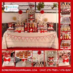 Mesa para aniversario de boda estilo vintage con snacks, dulces y postres.