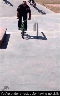 Quand les flics débarquent au skatepark http://www.15heures.com/gif/les-flics-debarquent-au-skatepark-4598.html #WIN