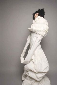 This is called the White Project. At the insane asylum it's called a straight jacket. Weird Fashion, Fashion Art, High Fashion, Fashion Design, Dark Fashion, Podium, Straight Jacket, Catwalk Fashion, Sculptural Fashion