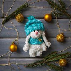 Пушистик в мятной шапочке!  Дом нашел!  #зайчик #заяц #зайка #игрушка #детям #амигуруми #amigurumi #вязание #knitting #белый #шапка #шарф #игрушка #toy #toys #gift #подарок #handmade #ручнаяработа #рукоделие #hobby #хобби #новыйгод #праздник #рождество #christmas #newyear #bunny #rabbit #teddybunny