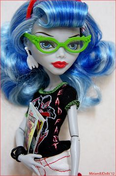 Ghoulia Yelps factory face. This is the hair I have. Can't decide if I'm gonna restyle this hair or reroot.