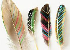 Mooie veren gevonden in de natuur? Beschilder ze met mooie patronen. Een prachtige versiering voor in huis of op een cadeautje.