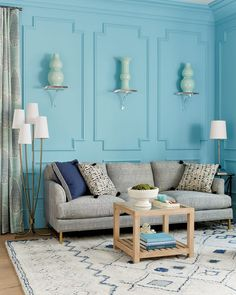 Turquoise room with acrylic wall brackets and vases Purple Walls, Black Walls, Charcoal Walls, Turquoise Room, Interior Decorating Tips, Indoor String Lights, Wall Brackets, Modern Room, Living Room Decor