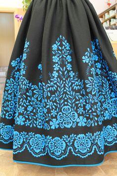 Refajo bordado a maquina. :: Refajos :: Regional Bordado Popular, Mexican Outfit, Folk Clothing, Handmade Skirts, Murcia, Fashion Outfits, Womens Fashion, Pretty Outfits, Sewing Crafts