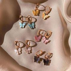 Chunky medium rectangular hoop earrings that add a cool girl factor. Push back earrings. Ear Jewelry, Cute Jewelry, Jewelery, Jewelry Accessories, Fashion Accessories, Fashion Jewelry, Hipster Accessories, Jewelry Ads, Girls Jewelry