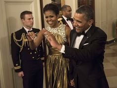 Kennedy Center Honors: First Lady Michelle wore a Michael Kors gold lamé chiffon encrusted shoulder gown from the designer's Resort 2013 collection paired with earrings by Moritz Glik. Michelle Obama Fashion, Michelle And Barack Obama, Cosmopolitan, Michelle Obama Birthday, Barack Obama Family, American First Ladies, Mr President, Hollywood Life, Michael Kors Gold