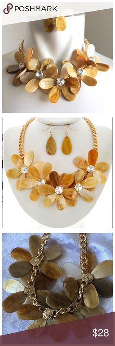 "New- Floral Necklace Set Gold Tone / Clear & Natural Acrylic / Lead&nickel Compliant / Fish Hook (earrings) / Flower / Statement / Necklace & Earring Set •   LENGTH : 17"" + EXT •   EARRING : 5/8"" X 2"" •   DROP : 2 5/8""  •   GOLD/IVORY Jewelry Necklaces"